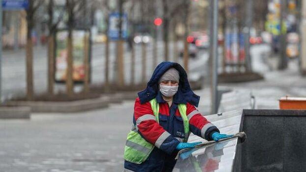 Este domingo las autoridades rusas hacen la tercera desinfección masiva de grandes superficies y áreas comunes en Moscú . (EFE)