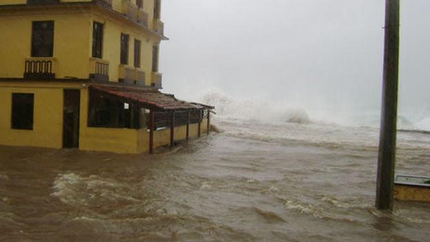 El azote del mar es uno de los elementos más destructivos de un huracán. (Archivo)