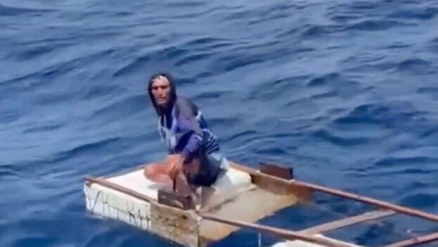 Este balsero cubano pasó 10 días a la deriva. (Captura)