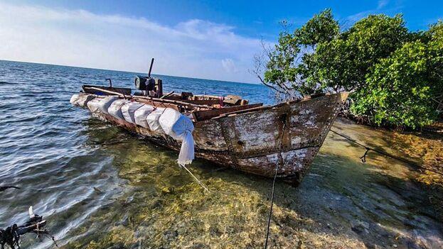 Bote de madera en el que se transportaba un grupo de 13 cubanos que tocó tierra en los cayos de Florida este 7 de octubre de 2021. (Twitter/@USBPChiefMIP)