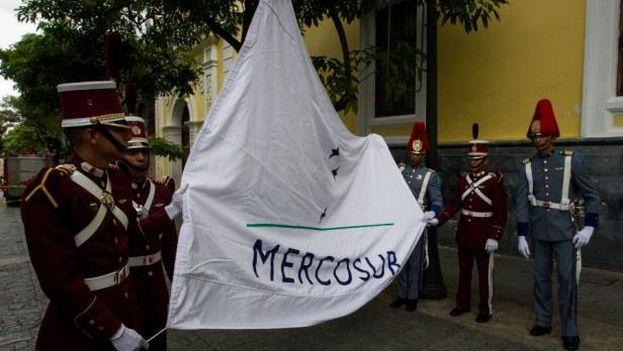 La bandera de Mercosur es izada en Caracas. (EFE)