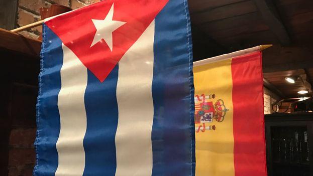 La bandera cubana junto a la española en un restaurante de Miami. (14ymedio)