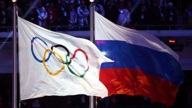 Las banderas olímpica y de la Federación Rusa. (EFE)