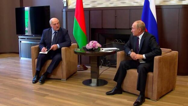 El presidente bielorruso, Alexandr Lukashenko, con su homólogo ruso, este lunes en Sochi. (EFE/EPA/Kremlin)