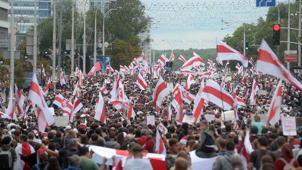 El pueblo bielorruso en el cuarto domingo consecutivo de manifestación contra los resultados de las elecciones presidenciales. (EFE)
