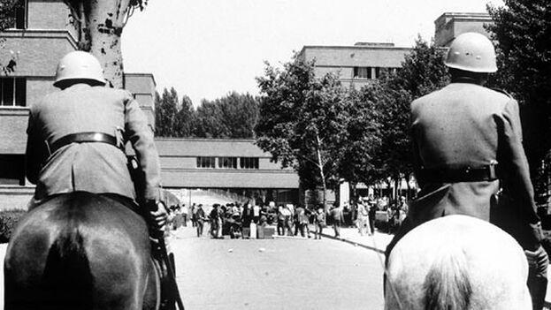 Dos 'grises' a caballo ante una manifestación de estudiantes en la Complutense en 1968. (Cortesía)