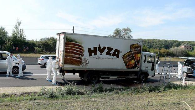 Más de 70 cadáveres han sido encontrados en este camión de transportes abandonado en Austria