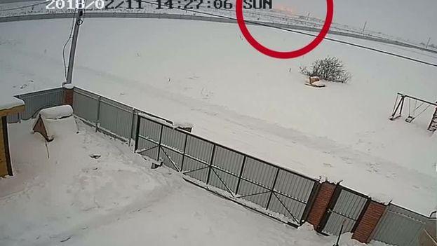 Una cámara de seguridad captó el momento en que el avión se estrelló contra el suelo.