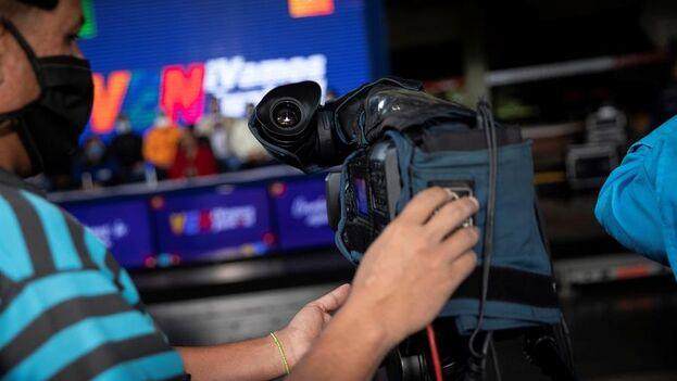 Un camarógrafo manipula una cámara de televisión durante un acto chavista, el 12 de octubre de 2020, en Caracas, Venezuela. (EFE/Rayner Peña)