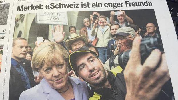 La canciller alemana Angela Merkel con un refugiado. (Twitter)