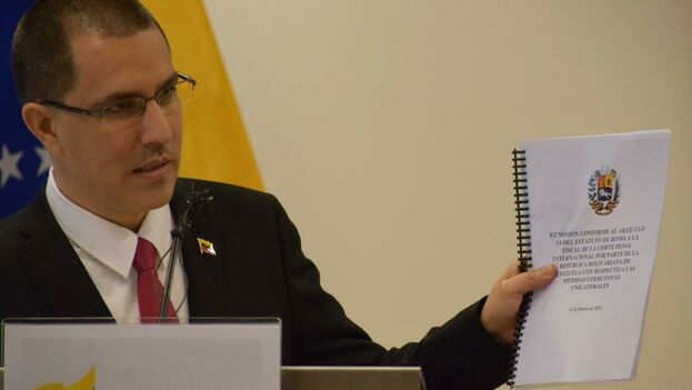 El canciller de Maduro en La Haya presentando la denuncia a la prensa. (@jaarreaza)