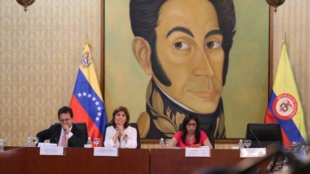Las cancilleres de Venezuela y Colombia tras su encuentro a puerta cerrada celebrado en Caracas para tratar la cuestión fronteriza. (@DrodriguezVen)