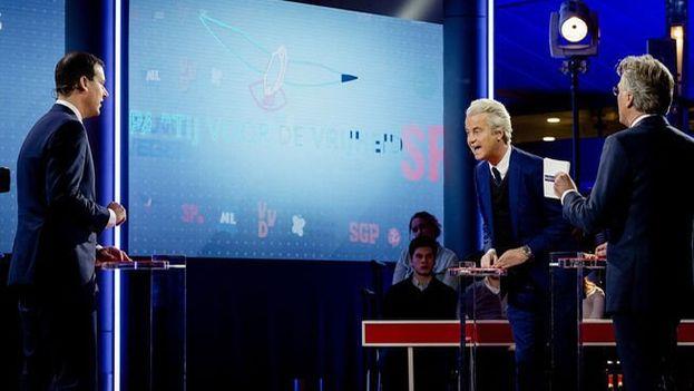 Los candidatos Wilders y Rutte durante el último debate electoral. (Twitter)