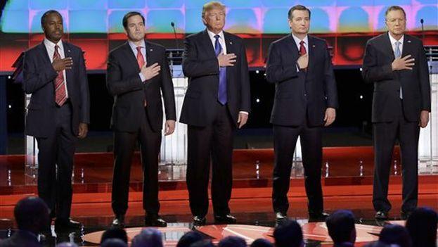 Los candidatos republicanos antes de empezar el debate. (@Univision)