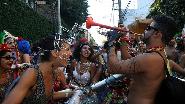 Hay un carnaval invisible, el que se oculta a los ojos de turistas y curiosos en la trastienda de las escuelas de samba y el que se vive en muchas de las favelas y los barrios marginales de la ciudad. (EFE)