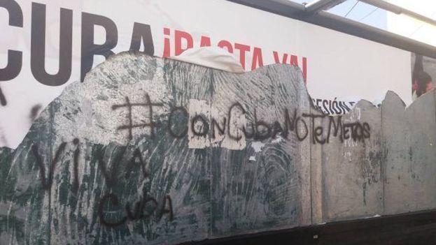 Así quedó el cartel después de ser destrozado en Perú. (Cubadebate)