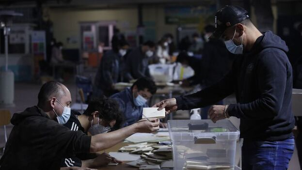 Los chilenos castigaron en las urnas a los partidos tradicionales, especialmente a la derecha, pese a estar mejor agrupada estratégicamente. (EFE)