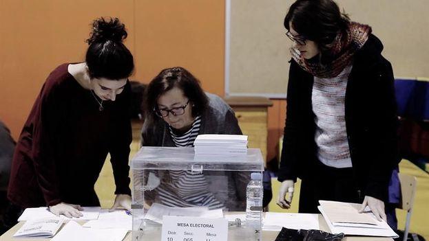 Los catalanes elegirán a los 135 diputados que componen el Parlamento regional entre un total de 38 candidaturas. (EFE)