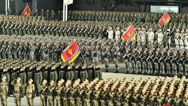 Durante el desfile, celebrado en la plaza de Kim Il-sung de la capital y en presencia del líder supremo, el régimen mostró parte de su arsenal. (EFE)
