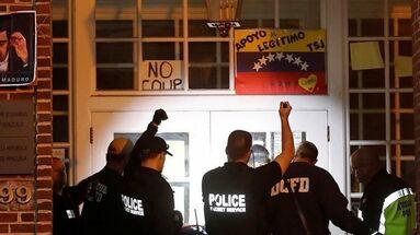 La policía intentó que los chavistas atrincherados en la embajada abandonasen el edificio, pero finalmente los dejaron quedarse.