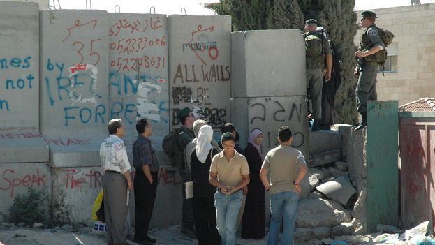El ejército israelí controla un chekpoint en Abu Dis, próximo a Jerusalén. (CC)