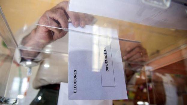 Un ciudadano deposita su voto en las elecciones en España. (EFE)
