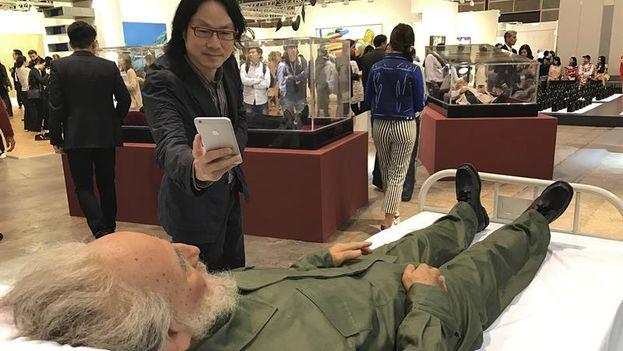 Los coleccionistas aprovechan para hacerse selfies con la réplica del exgobernante. (EFE)