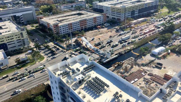 El colapso del puente se dio apenas unos días después de ser colocada la estructura. (Miami Police Department)