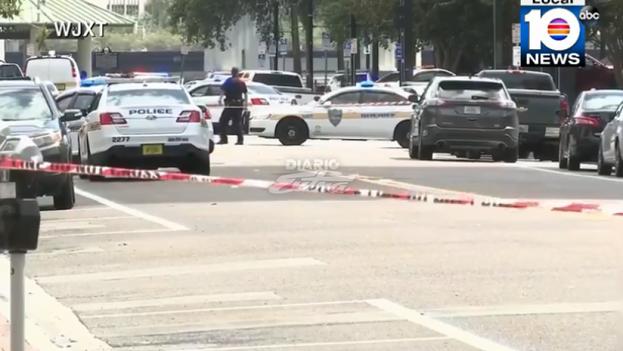 El tiroteo ocurrió en un centro comercial y turístico de Jacksonville, en el norte de Florida, y dejó múltiples víctimas mortales. (Captura)