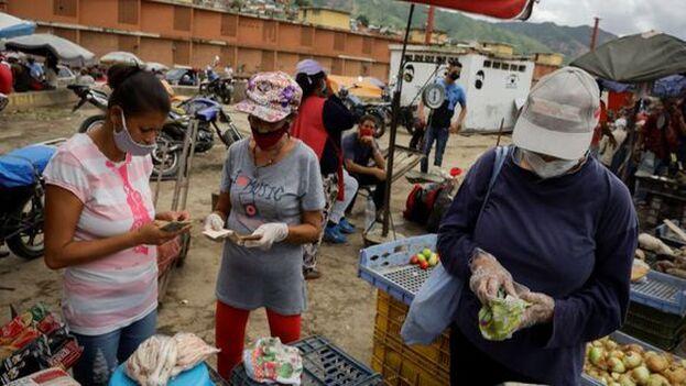Muchos comercios en Caracas desafían las semanas de cuarentena para evitar, según han relatado sus dueños, caer en la quiebra. (EFE)