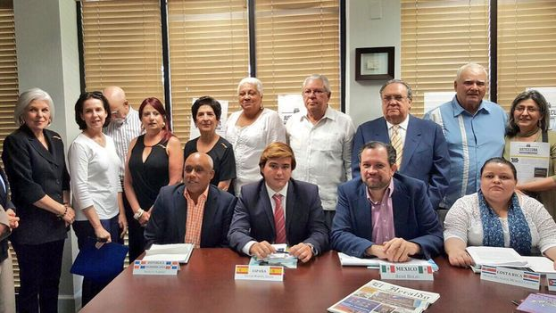 Algunos de los miembros de la comisión para la fiscalización de los crímenes del castrismo. (@ManuelZLB)