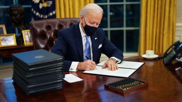 En un comunicado, Biden felicitó a demócratas y republicanos por haber aprobado la ley en el Congreso de manera unánime. (EFE)