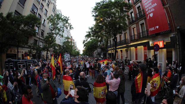 La concentración se produjo en la puerta de la sede del PSOE en Madrid dentro del horario establecido para pasear y hacer deporte. (EFE)