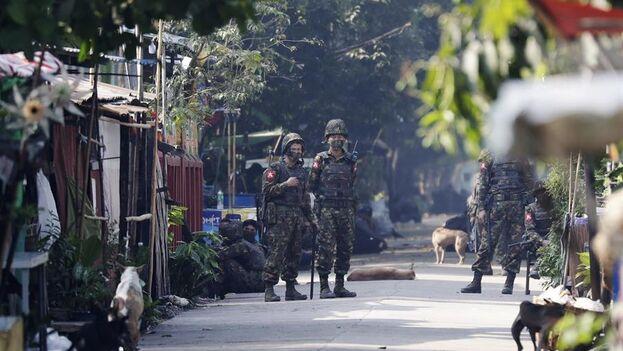 Los soldados acudieron en busca de conductores de tren para obligarlos a trabajar, según comentaron varios vecinos a Efe. (EFE)