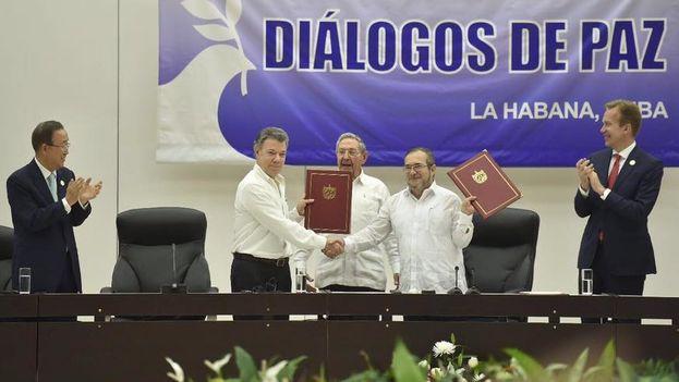 El acuerdo prepara el fin de un conflicto armado iniciado hace más de cinco décadas. (Facebook/Juan Manuel Santos)