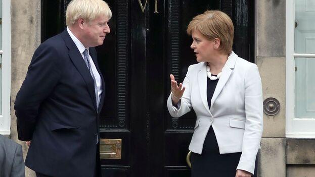 El primer ministro británico ha conseguido hoy aprobar el acuerdo de salida de la UE, pero le acecha el problema del referendum escocés que reclama su ministrs principal, Nicola Sturgeon. (EFE)