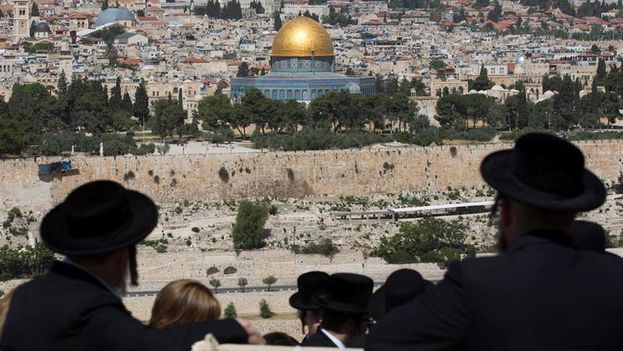 Un grupo de judíos contempla Jerusalén, la ciudad oriental que los palestinos reclaman como capital de su estado. (EFE)