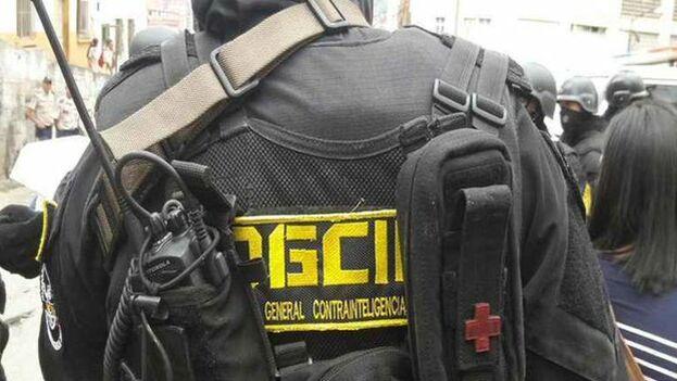 Los agentes de contrainteligencia allanaron la sede de 'Entorno inteligente' y confiscaron sus equipos, después detuvieron a periodistas que cubrían el suceso.
