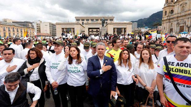 La marcha fue convocada por la sociedad civil tras el atentado del ELN que dejó el jueves pasado 20 cadetes de la policía muertos y 68 heridos. (EFE)