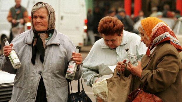 Algunos rusos, con la excusa de que hay que combatir el coronavirus, se abrazan gustosamente a la botella durante las vacaciones retribuidas. (EFE)