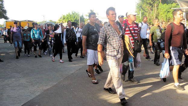Los cubanos regresan a suelo costarricense después de que policías y soldados nicaragüenses les impidieran continuar su viaje hacia EE UU. (La Nación)