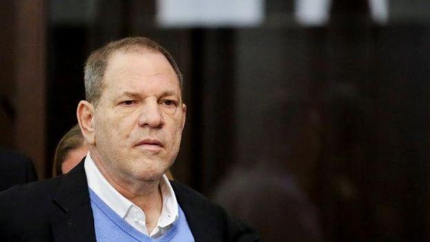 La decisión de este jueve splantea dudas sobre todo el caso, a pesar de que los fiscales han decidido mantener los otros cinco cargos en contra de Weinstein. (EFE)