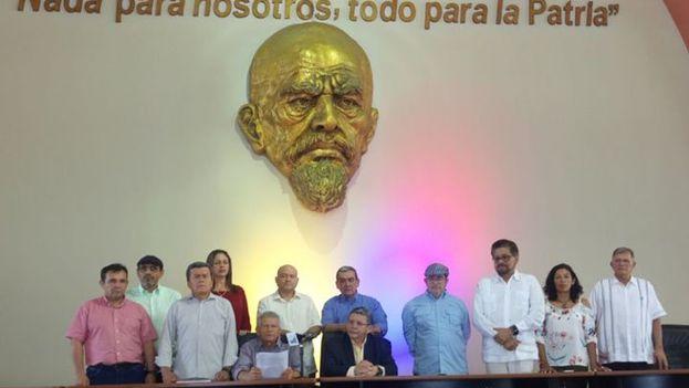 Los miembros de ambas delegaciones durante la firma del documento que han llamado declaración de Montecristi mediante el que se comprometen con la paz en el país. (@ELN_Paz)