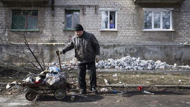 Un hombre trabaja para reparar los desperfectos en un edificio tras los combates en la localidad de Ilovaysk, en el área de Donetsk (este de Ucrania). (EFE/Archivo)