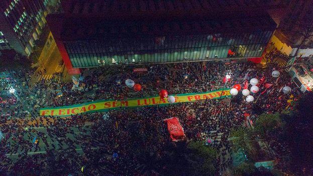 """El más numeroso tuvo lugar en la capital paulista, donde los militantes desplegaron una enorme pancarta que rezaba: """"Elecciones sin Lula es fraude"""".(Ricardo Stuckert)"""