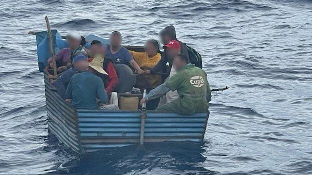 Los balseros fueron detenidos el pasado lunes por los guardacostas de Key West. (USCG)