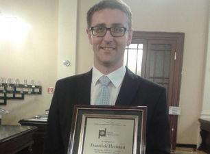 El diplomático checo Frantisek Fleisman con el premio. (14ymedio)