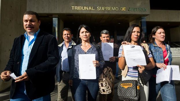 Los diputados de la MUD Simón Calzadilla, Melva Paredes, Mariela Magallanes y Amelia Belisario saliendo del Tribunal Supremo de Justicia después de recusar a los cinco magistrados encargados de decidir sobre la impugnación de ocho de sus 112 diputados electos. (EFE/Miguel Gutiérrez)