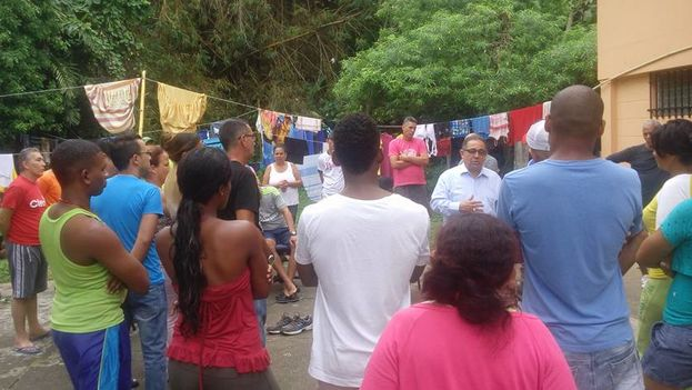 El director de Cáritas Panamá, el diácono Berrío, habla a los cubanos. (Cortesía)