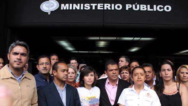 """Los dirigentes nacionales del partido opositor acudieron este lunes a la Fiscalía para denunciar la """"arremetida brutal"""" en su contra. (VoluntadPopular)"""